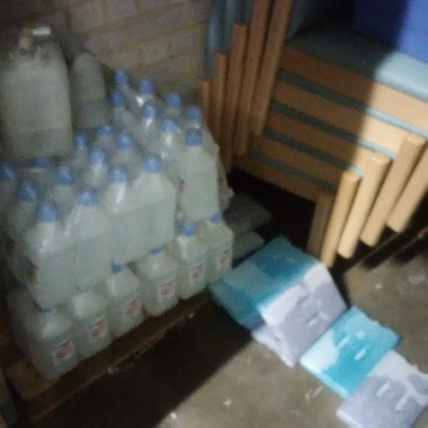 Cold packs being stored on the floor which pose a hygiene hazard and a risk of being damaged.