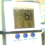 Electronic thermomter displaying minimum temperature 5 degrees celsius, maximum 36 degrees celsius and actual temperature 6 degrees celsius.